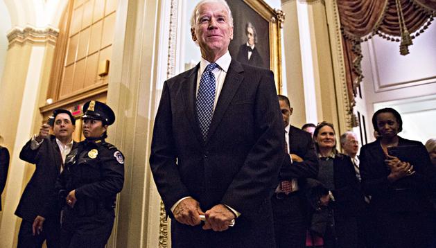 El vicepresidente norteamericano, Joe Biden, sonríe antes de dar la rueda de prensa para anunciar el principio de acuerdo