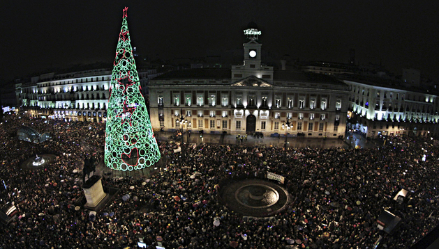 La Puerta del Sol madrileña se llenó de paraguas para recibir 2013 bajo la lluvia