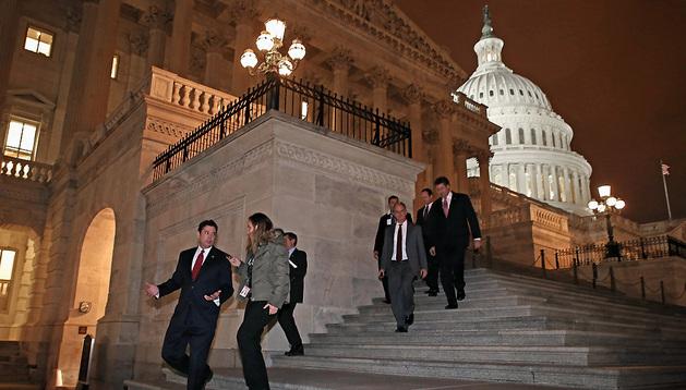 Congresistas abandonan el Capitolio tras la votación del acuerdo fiscal.