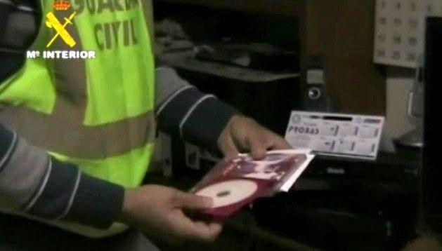 Imagen tomada del vídeo facilitado por la Guardia Civil del material informático incautado en una de las dos operaciones contra la pornografía infantil