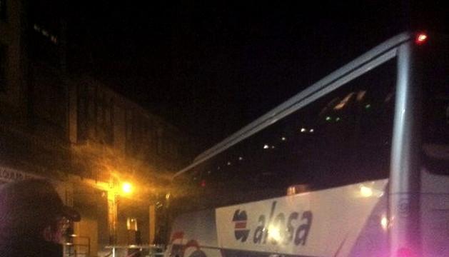 Uno de los autobuses que ha trasladado a los más de mil esquiadores que quedaron aislados.