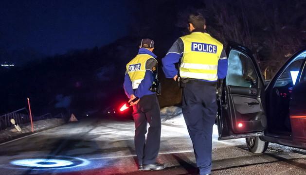 Un par de policías cortan los accesos a la localidad de Daillon.