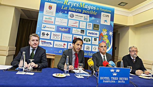 Javier Martínez de Álava, Fernando Lizaur y Jesús Ayala durante la rueda de prensa de presentación de la Cabalgata de Pamplona 2013