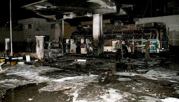 Policías sirios inspeccionan los daños causados en la estación.