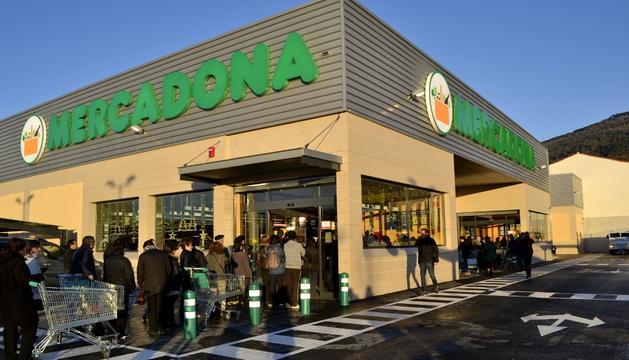 Colas a la entrada del supermercado un cuarto de hora antes de su apertura.