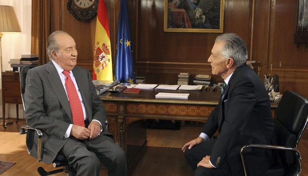 Fotografía facilitada por la Casa de SS.MM el Rey que muestra a don Juan Carlos siendo entrevistado por el veterano periodista Jesús Hermida, con motivo del 75 aniversario del Monarca