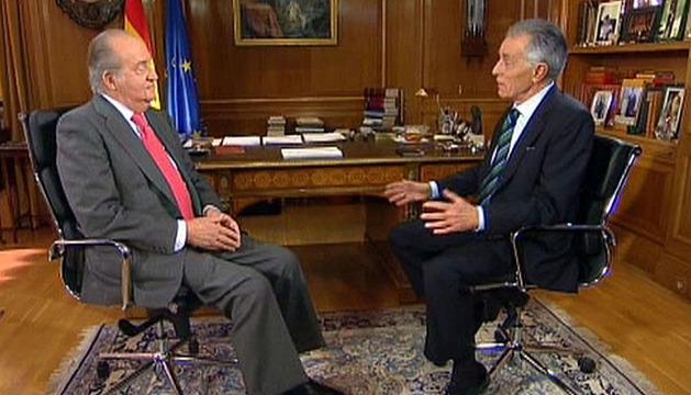 Imagen por la Casa de SS.MM que muestra a don Juan Carlos siendo entrevistado por el veterano periodista Jesús Hermida, con motivo del 75 aniversario del Monarca