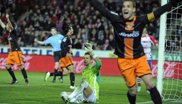 Soldado celebra el gol de Piatti