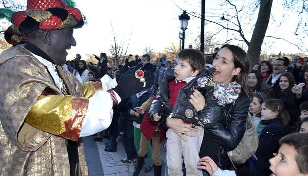 Sus Majestades fueron recibidos por cientos de niños a su llegada a Pamplona este sábado.