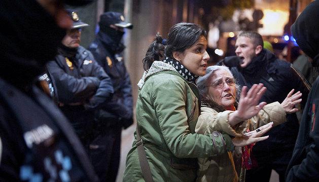 Antidisturbios de la Policía Nacional han desalojado esta madrugada a 40 personas encerradas en una sucursal del BBVA en Guadalajara.
