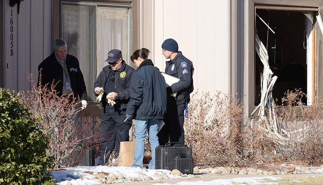 La Policía Forense de Aurora se apresta a entrar en la casa donde tuvo lugar el tiroteo que se saldó con cuatro muertos.