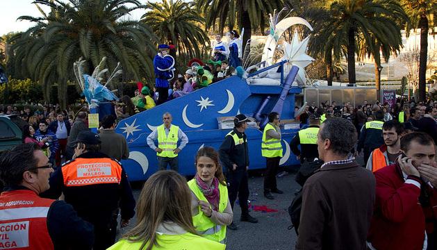 Varios policías locales en el lugar donde un niño de seis años ha fallecido tras ser atropellado por una carroza de la Cabalgata de Reyes Magos a la altura de la plaza del General Torrijos.