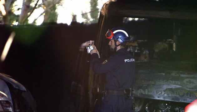 Un bombero, durante las labores de extinción del fuego en una cochera para ambulancias del Sescam