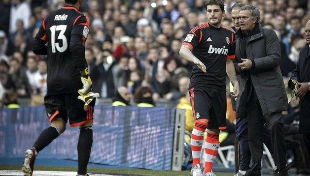 Casillas, junto a Mourinho, se dispone a salir ante la expulsión de Antonio Adán