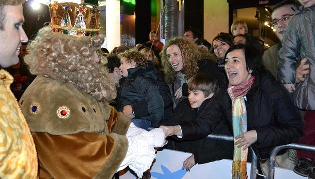 Los tres Reyes Magos Melchor, Gaspar y Baltasar recorrieron Pamplona para saludar a todos los niños antes de dejar, por la noche, sus regalos en las casas.