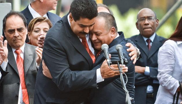 El vicepresidente de Venezuela, Nicolás Maduro (i), abraza al presidente de la Asamblea Nacional, Diosdado Cabello.