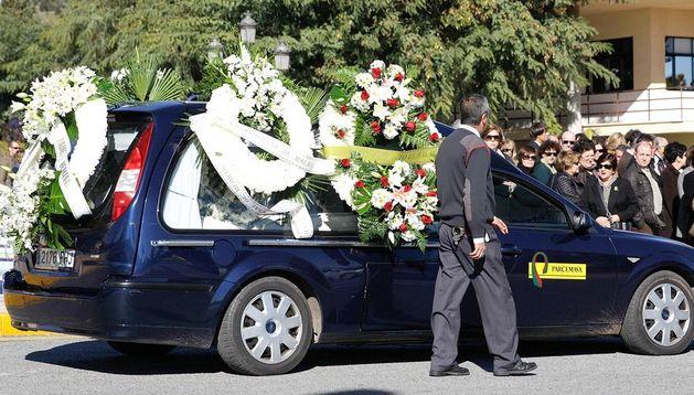 Vista del coche fúnebre que traslada los restos mortales del menor de 6 años que ayer fue atropellado por una carroza de la cabalgata de los Reyes Magos
