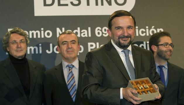 El periodista Sergio Vila-Sanjuán posa con su galardón tras ganar el 69 Premio Nadal, con su novela