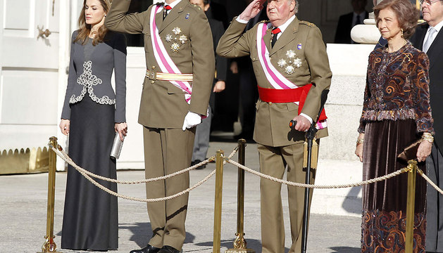 El Rey Juan Carlos, junto a la Reina Sofía y los Príncipes de Asturias, ha presidido en la Plaza de la Armería del Palacio Real la celebración solemne de la Pascua Militar.