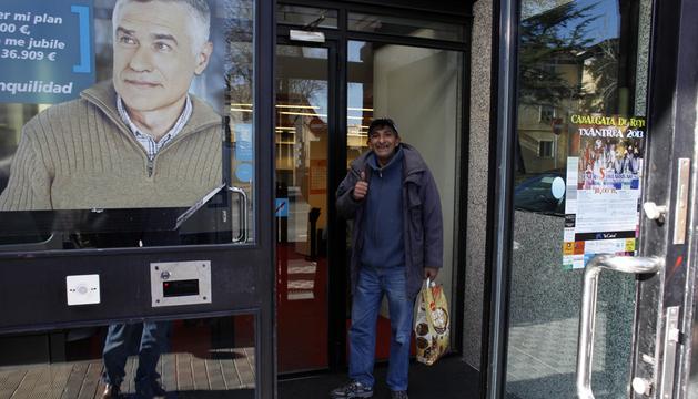Gheorghe Lactu, en la entrada de la oficina bancaria del barrio pamplonés de la Chantrea, donde encontró el dinero de la pamplonesa Charo Ruiz Martínez