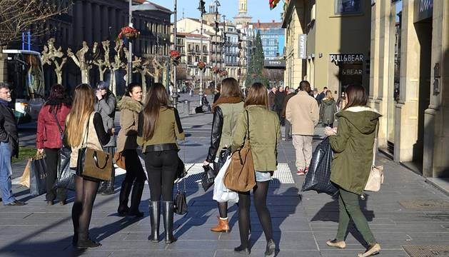 El Corte Inglés y la mayoría de tiendas del centro de Pamplona abrieron sus puertas este lunes, a pesar de ser festivo