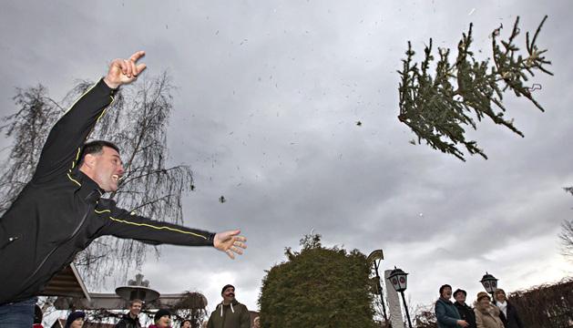 Competición de lanzamiento de árboles navideños en Alemania.