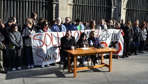 Trabajadores del San Juan de Dios durante la rueda de prensa en San Lorenzo