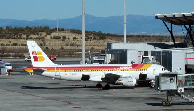 Avión de Iberia en pista.