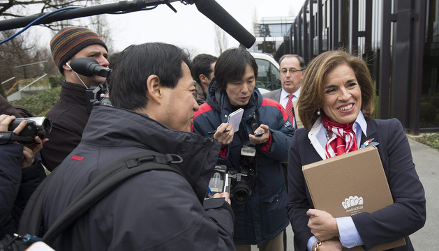 La alcaldesa de Madrid, Ana Botella, atiende a los medios.