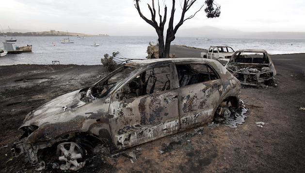 Varios vehículos han quedado calcinados en la isla de Tasmania.