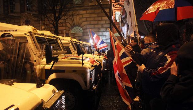 Jóvenes se enfrentan a la Policía en Belfast.