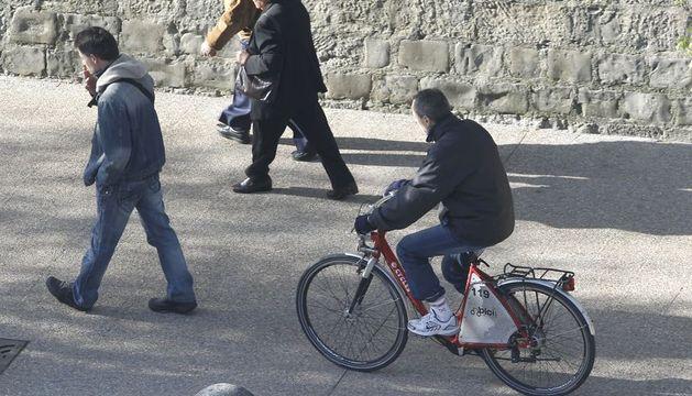 Un usuario de las bicicletas de alquiler del Ayuntamiento de Pamplona