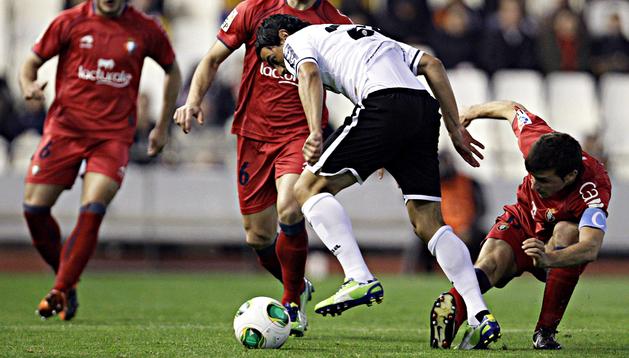 Oier trata de arrebatar el balón a un valencianista en presencia de Álvaro Cejudo