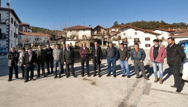 El consejero Esparza y representantes municipales, en el concejo de Erro.