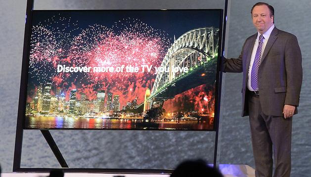 El vicepresidente de Samsung Electronics America presenta el nuevo televisor Samsung UHD.