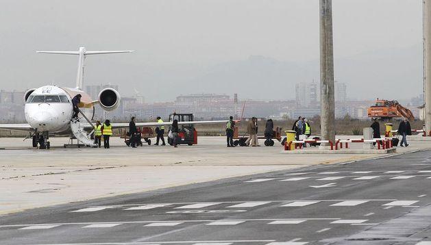 Pasajeros se bajan de un avión en el aeropuerto de Noáin