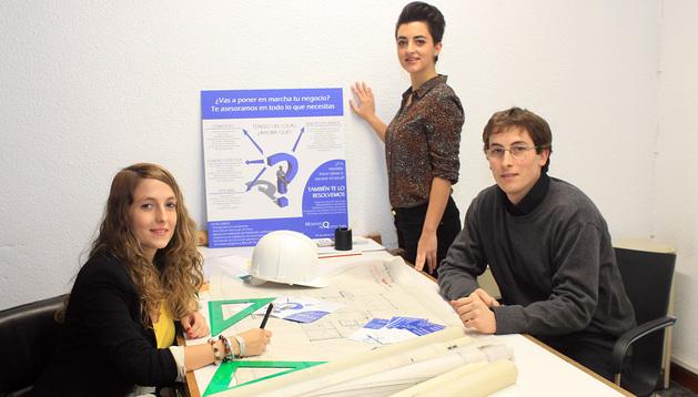De izquierda a derecha, Maite Monente, Marina Rodríguez y Pepe Monente en su estudio