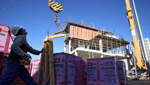 Un hombre trabaja en las obras de construcción de viviendas en la zona del Queiles de Tudela.
