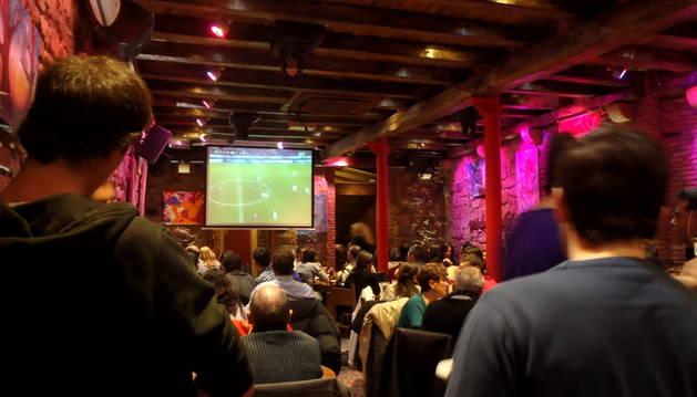 Uno de los bares de San Nicolás durante el partido.