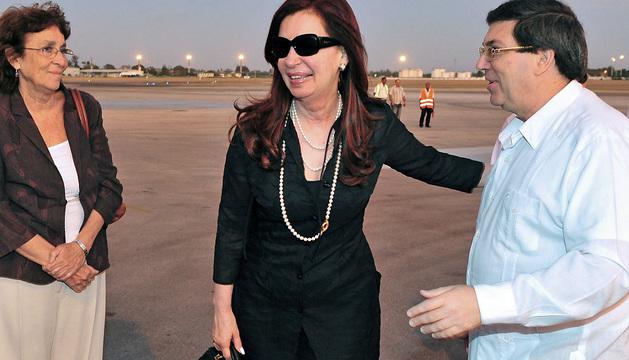 Cristina Fernández es recibida en la Habana por el ministro de Asuntos Exteriores de Cuba, Bruno Rodriguez.