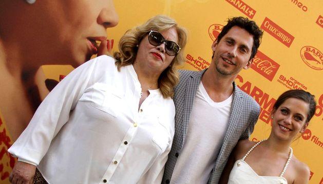 Paco León junto con su hermana, María León y su madre, protagonistas de 'Carmina o revienta'