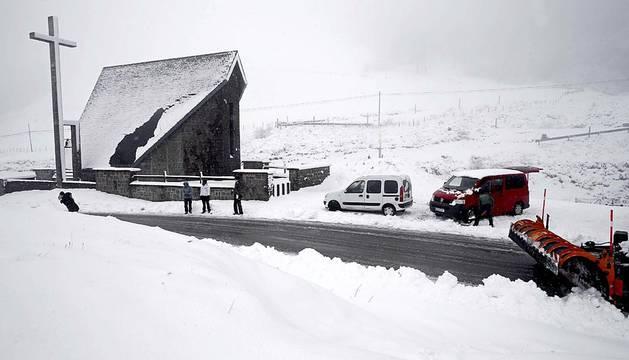 La nieve hizo este domingo acto de aparición en el norte de Navarra.