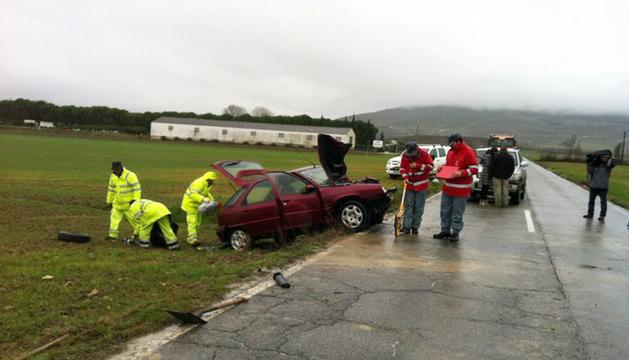 Policía foral y servicios de emergencia, poco después del accidente.