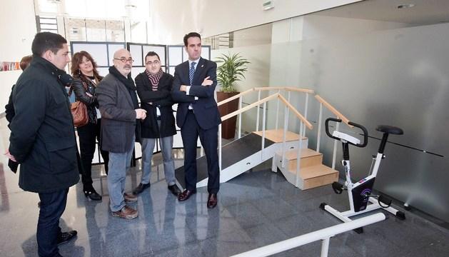 El consejero Íñigo Alli (1º dcha) y el alcalde de Ribaforada, Jesús Mª Rodríguez (2º dcha) atienden las explicaciones del arquitecto manolo Blasco