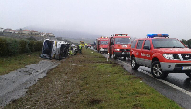 Los servicios de emergencia, junto al vehículo siniestrado.