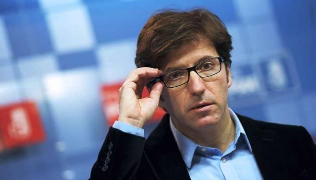El diputado del PSN-PSOE Juan Moscoso, durante la conferencia de prensa que ha ofrecido este lunes en Pamplona