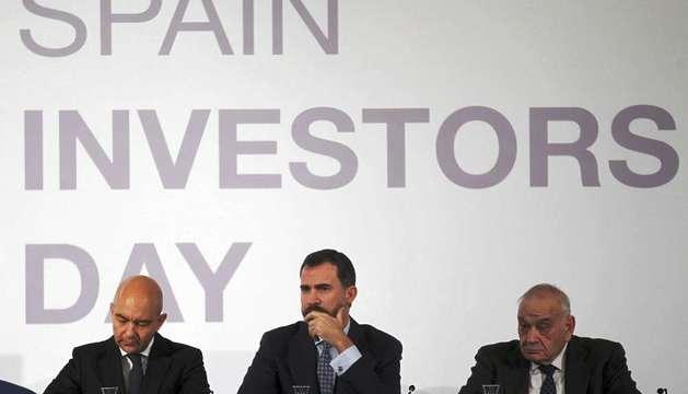 El Príncipe de Asturias, junto al secretario de Estado de Comercio, Jaime García Legaz (i), y el presidente del Comité Asesor Técnico del Ibex y expresidente de la CNMV, Blas Calzada (d), durante la inauguración del congerso 'Spain Investors Day'