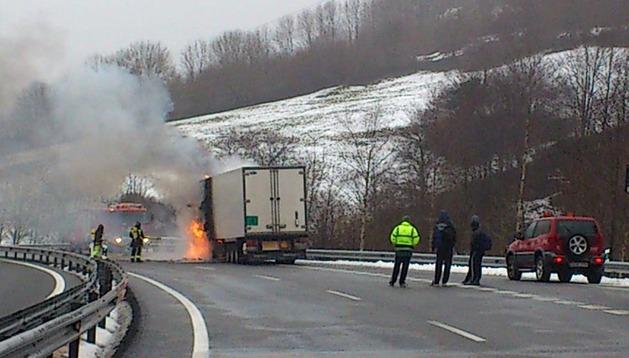 Los bomberos tratan de sofocar las llamas del camión incendiado