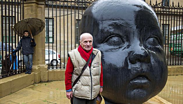 El escultor Antonio López junto a una de las dos grandes cabezas de fundición de bronce que se situaron delante de la fachada neoclásica de la catedral de Pamplona