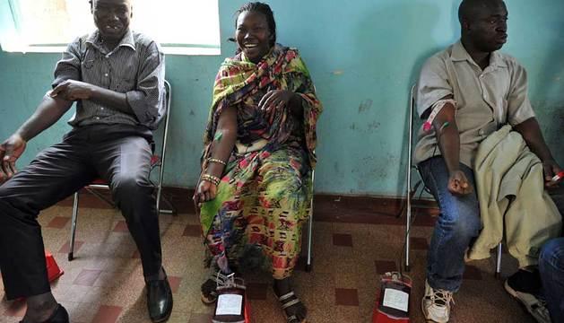 Varias personas donan sangre en Malako.